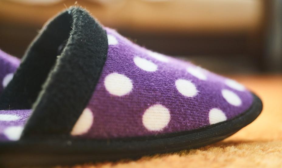 Damit es an den Füßen nicht zu schnell kalt wird, kann man zu Hause Hausschuhe tragen